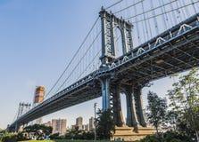 曼哈顿桥梁的看法从清早布鲁克林的有蓝天和太阳亮光的 免版税图库摄影