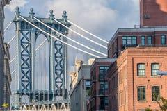 曼哈顿桥梁的看法从布鲁克林Dumbo区的  库存图片