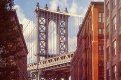 曼哈顿桥梁的著名看法从一条老街道的在布鲁克林 库存图片