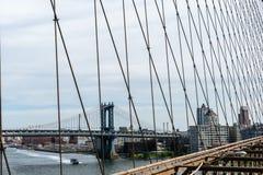 曼哈顿桥梁看法从布鲁克林大桥的在纽约 免版税库存图片