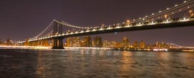 曼哈顿桥梁纽约在晚上 免版税图库摄影