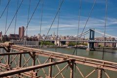 曼哈顿桥梁纽约, NY,从布鲁克林大桥的看法 免版税库存照片