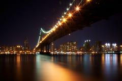 曼哈顿桥梁,纽约在晚上 库存照片