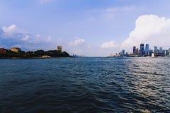 曼哈顿看法从Hoboken河沿江边的 免版税库存照片
