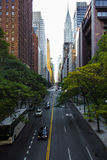 曼哈顿纽约摩天大楼汽车不尽的街道  库存照片
