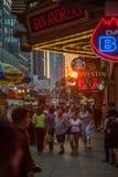 曼哈顿街的游人 免版税库存照片