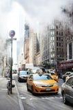 曼哈顿街道有蒸气蒸汽的场面出租汽车 免版税库存图片