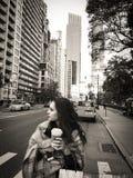 曼哈顿街道的美丽的少妇用外带的咖啡 免版税库存照片