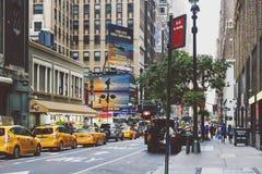曼哈顿西方第35条街道的细节有黄色线的  免版税库存图片