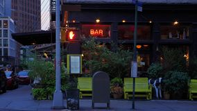 曼哈顿酒吧夜外部建立的射击  股票视频