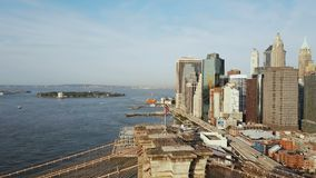 曼哈顿鸟瞰图在纽约,美国 和挥动在风旗子的寄生虫飞行在East河,布鲁克林大桥 股票录像