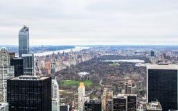 曼哈顿,纽约,往中央公园的北部看法鸟瞰图从岩石的顶端 免版税库存照片