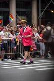 曼哈顿,纽约, 2017年6月:桃红色衣服的一个人在同性恋自豪日游行 免版税库存照片