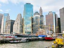 曼哈顿:在历史的南大街海口和码头17的船 免版税库存照片