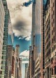 曼哈顿 高摩天大楼美妙的看法从街道水平的 免版税库存图片
