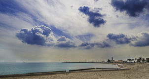 曼弗雷多尼亚,与云彩和灯塔的宽看法在背景 免版税库存图片