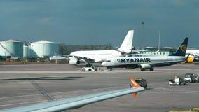 曼彻斯特,英国- 2019年4月9日:瑞安航空公司飞机乘出租车在跑道上在曼彻斯特国际机场 影视素材