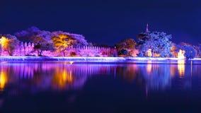 曼德勒宫殿的本营。夜视图。 免版税库存图片