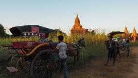 曼德勒缅甸9月19日:缅甸人被占领并且在Bagan寺庙附近居住在清早小时9月19日内, 库存图片
