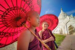 曼德勒,缅甸, - 2017年12月11日:未认出的两亚洲人y 免版税库存照片