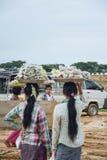曼德勒,缅甸- 2015年8月02日:卖传统缅甸街道食物的妇女 库存图片