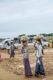 曼德勒,缅甸- 2015年8月02日:卖传统缅甸街道食物的妇女 免版税库存照片