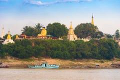 曼德勒,缅甸- 2016年12月1日:在河Irrawaddy,缅甸的河岸的菩萨雕象 复制文本的空间 库存照片
