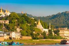 曼德勒,缅甸- 2016年12月1日:实皆小山的,缅甸金黄塔 复制文本的空间 免版税库存照片