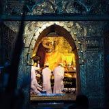 曼德勒,缅甸10月9日:对Budd的资深修士浪花水 免版税库存图片