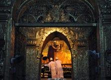曼德勒,缅甸10月9日:对Budd的资深修士浪花水 免版税库存照片