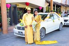曼德勒,缅甸- 2015年11月15日:缅甸夫妇穿在一个传统婚礼事件的传统衣裳 免版税库存图片