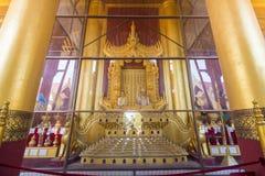 曼德勒,缅甸- 2月18,2018 :女王曼德勒宫殿的SatKyar Daywi国王Mindon和雕象  库存图片