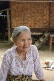 曼德勒,缅甸- 8月01 :未认出缅甸老妇人佩带传统与在摆在8月的面孔的thanaka浆糊 免版税图库摄影