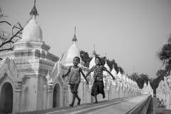 曼德勒, MYANMAR-MAY 1 :男孩新手在Hsinbyume塔寺庙onMAY 1日的前面寺庙2013年在曼德勒,缅甸 免版税库存照片