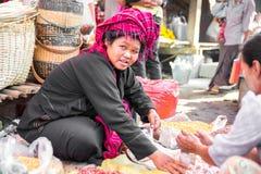 曼德勒- 12月5日经销商在市场上 免版税库存照片