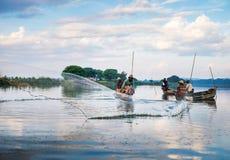 曼德勒- 12月3 :渔夫抓住鱼 库存照片