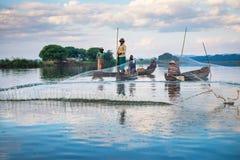 曼德勒- 12月3 :渔夫抓住鱼 免版税库存照片