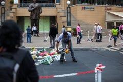 曼德拉的送葬者聚集 免版税库存照片