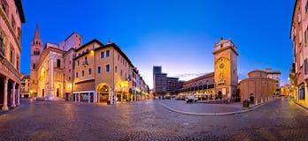曼托瓦市广场delle Erbe晚上视图 库存图片