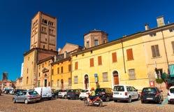 曼托瓦曼托瓦,意大利:街道的看法有交通的,老历史大厦和曼托瓦大教堂有钟楼的 图库摄影