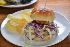 曼格牛肉汉堡包pototo芯片 免版税图库摄影