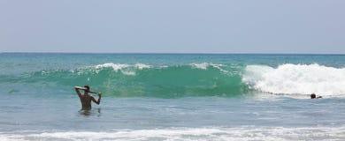 曼纽尔安东尼奥国家公园海滩在哥斯达黎加,多数美丽的海滩全景在世界上,冲浪者在美国靠岸 免版税库存图片