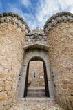 曼萨纳雷塞尔雷亚尔城堡在一多云天,马德里,西班牙 免版税库存照片
