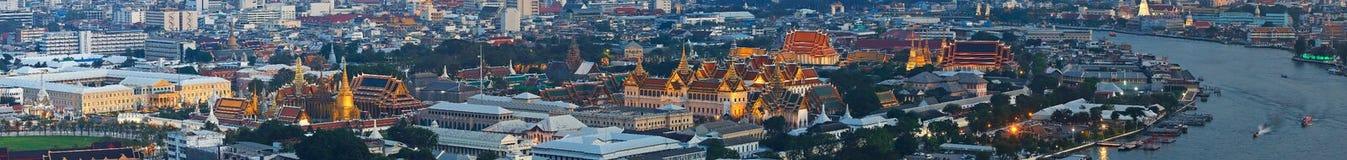 曼谷与曼谷大皇宫,曼谷玉佛寺,曼谷斜倚的菩萨地标的寺庙的市概要  免版税库存图片