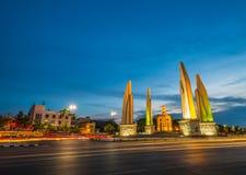 曼谷与汽车光足迹的宪法momument 库存图片