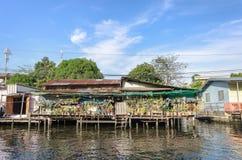 曼谷亚伊运河或Khlong轰隆的Luang河沿房子 免版税库存照片