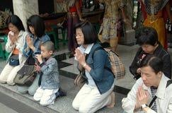 曼谷人祈祷的寺庙泰国 库存照片