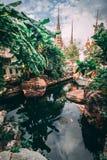 曼谷全部宫殿 曼谷大皇宫伸手可及的距离塔到天空里 一点在寺庙里面的湖 免版税库存图片