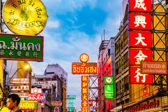 曼谷唐人街商店和餐馆标志 免版税库存图片