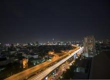曼谷在夜间泰国的大都会交通 库存照片